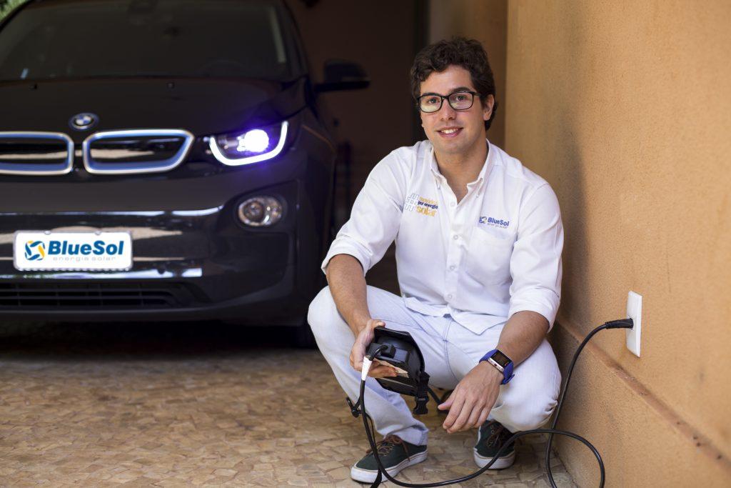 Luis Otavio Colaferro, que conduz o carro elétrico durante o documentário #MovidosPorEnergiaSolar