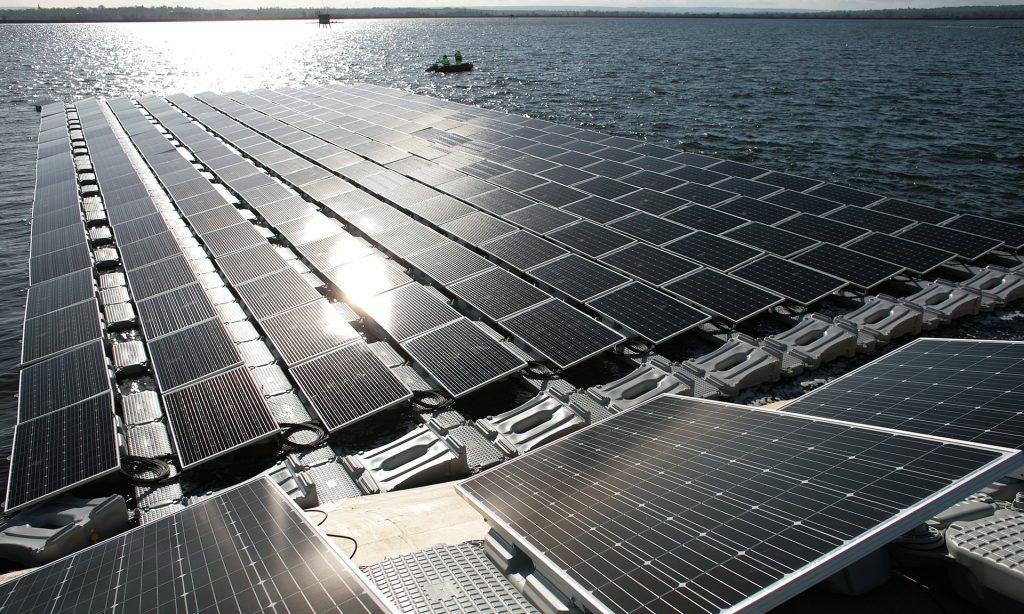 Maior sistema solar fotovoltaico flutuante da Europa, no reservatório Rainha Elizabeth II , em Londres . Fotografia: Martin Godwin para o Guardian