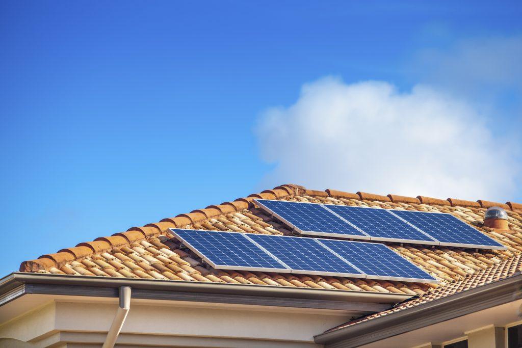 Painel Solar no Telhado: Imagem de painéis no telhado