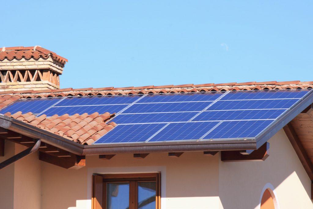 painel solar no telhado